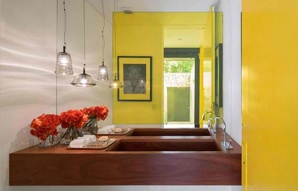 flachdach villa holz verkleidete terrasse infinity pool garten lounge möbel