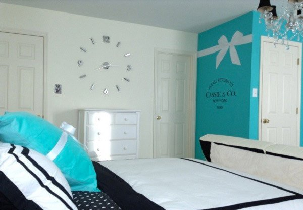 Pretty combo of turquoise and black in 15 bedroom for Black and white and turquoise bedroom ideas